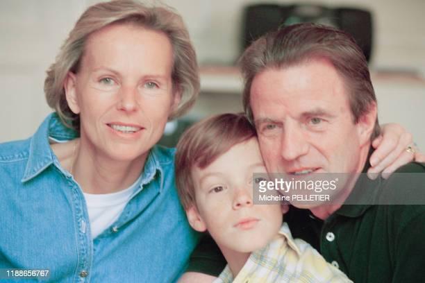 Christine Ockrent et son compagnon Bernard Kouchner avec leur fils Alexandre à Paris dans les années 1990 France