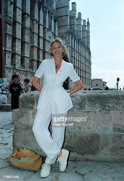"""Christine Reinhardt, """"Eine Liebe auf;Mallorca""""-ZDF-Serie, Mauer, Handtasche, Mallorca/Balearen/Spanien,"""