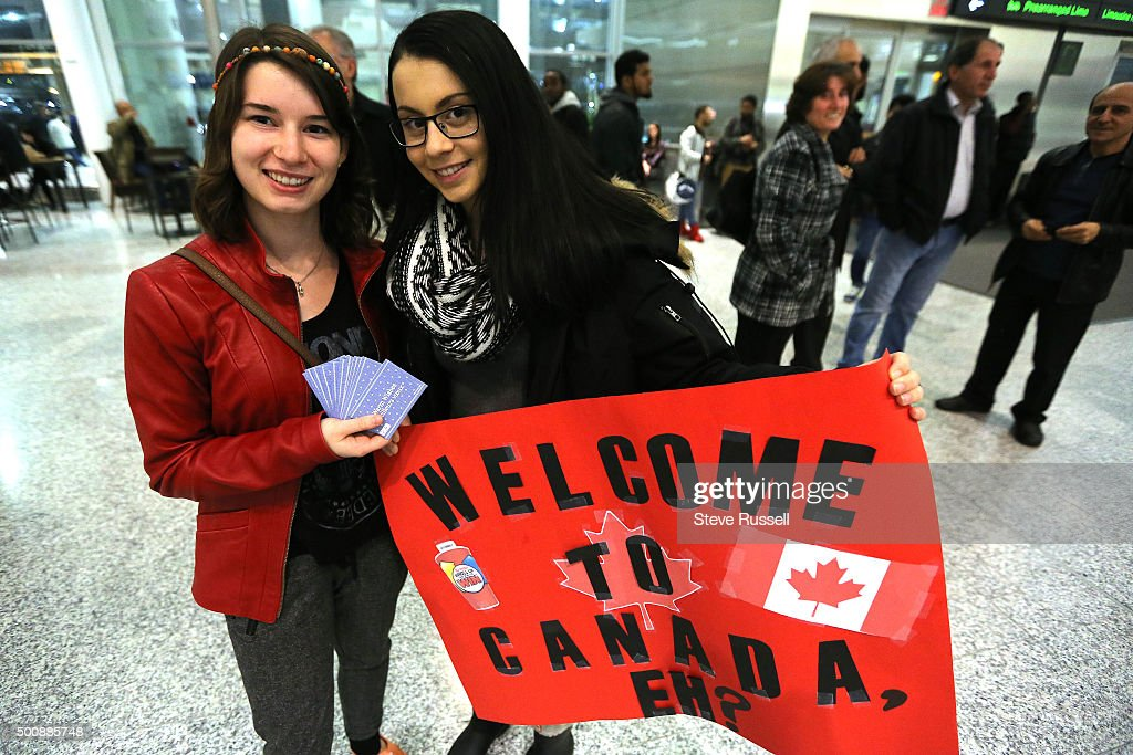 Syrian refugees begin to arrive in Canada : News Photo