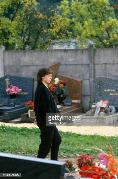 Christine Villemin au cimetière où ce trouve la tombe de son fils à Lepanges