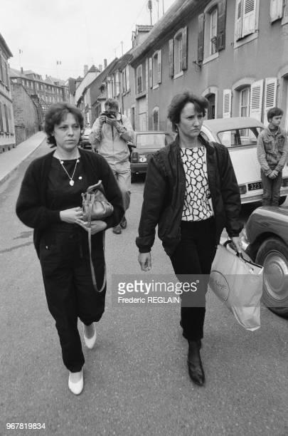 Christine Villemin et sa soeur à la sortie du cimetière de LepangessurVologne le 16 juin 1985 France