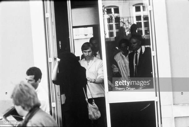 Christine Villemin inculpée par le juge Lambert de l'assassinat de son fils Gregory sort du Palais de justice d'Epinal Elle est alors enceinte de six...