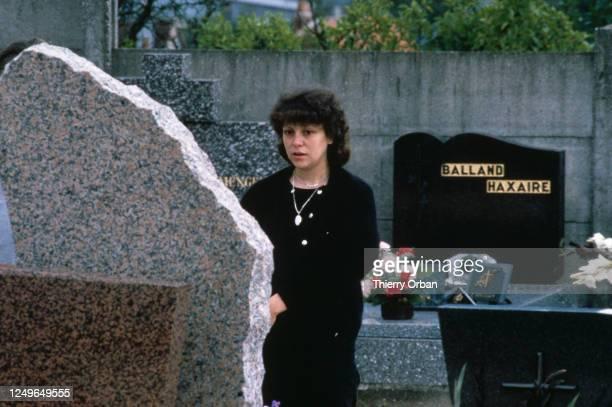 Christine Villemin sur la tombe de son fils à Lepanges