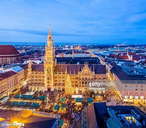 christkindlmarkt, marienplatz (square) - marienplatz stockfoto's en -beelden