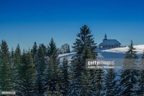 Christliche Kapelle in den bayrischen Alpen mit Baumbestand