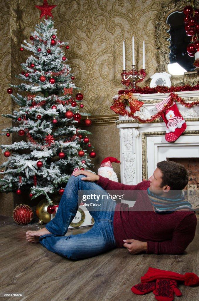 Tannenarten Weihnachtsbaum.Weihnachten Und Neujahr Attraktiven Kerl Und Weihnachtsbaum Stock