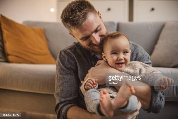 kerst thuis met babyjongen - vader stockfoto's en -beelden