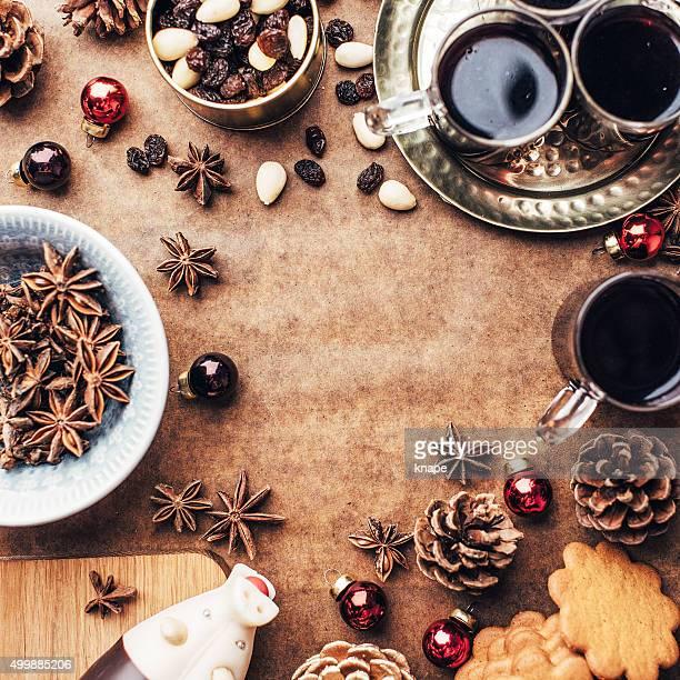 Sfondo di Natale con il pane di zenzero glögg cookie e altro cibo