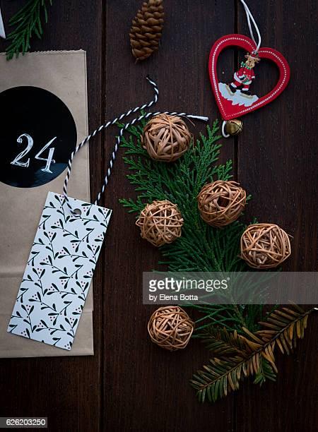 christmas background with pine branch and greeting card - advent calendar fotografías e imágenes de stock