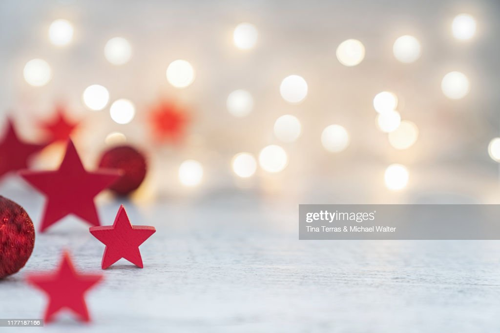 Christmas background with red stars and red christmas balls with fairy lights. : Foto de stock