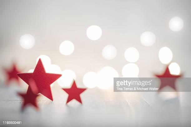 christmas background with red stars with fairy lights. copy space. christmas mood. - tina terras michael walter stock-fotos und bilder