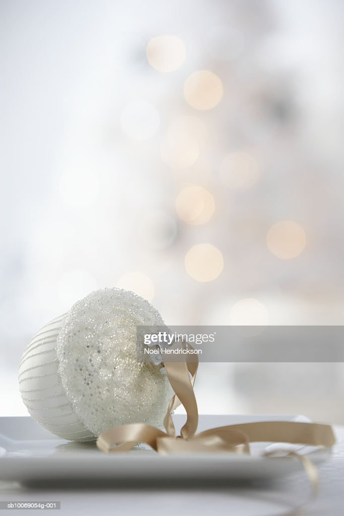 Christmas bauble on plate : Stockfoto
