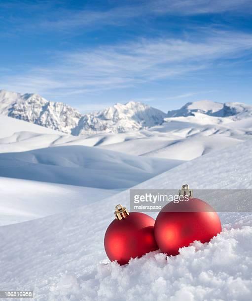 Weihnachts-Kugeln im Schnee