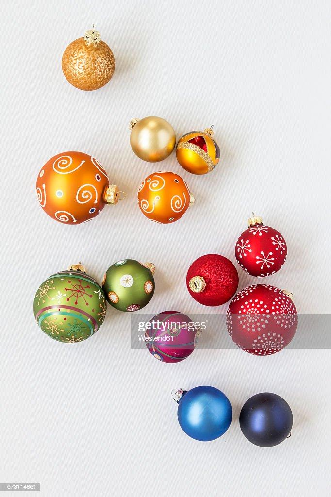 Christmas baubles on white background : Stockfoto