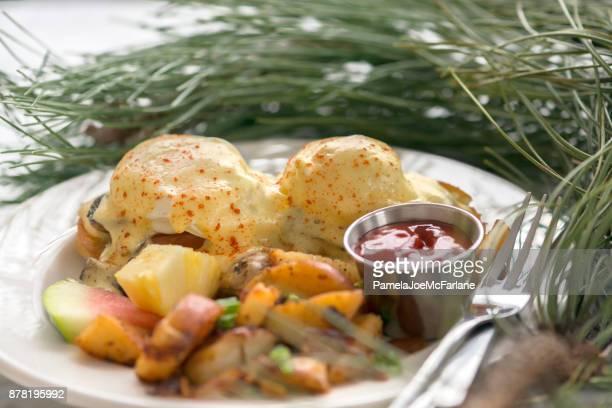 Weihnachtsfrühstück, Eggs Benedict, Yam und Kartoffelecken, frisches Obst