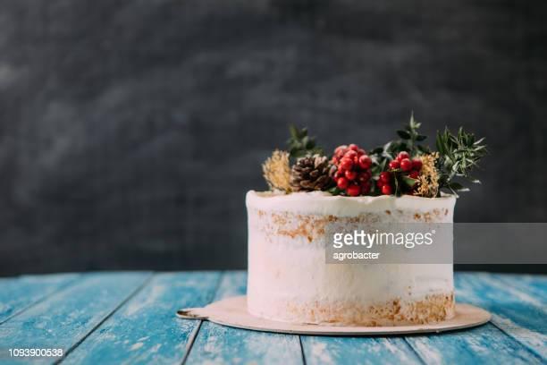 bolo de natal na mesa de madeira rústica - pelado - fotografias e filmes do acervo
