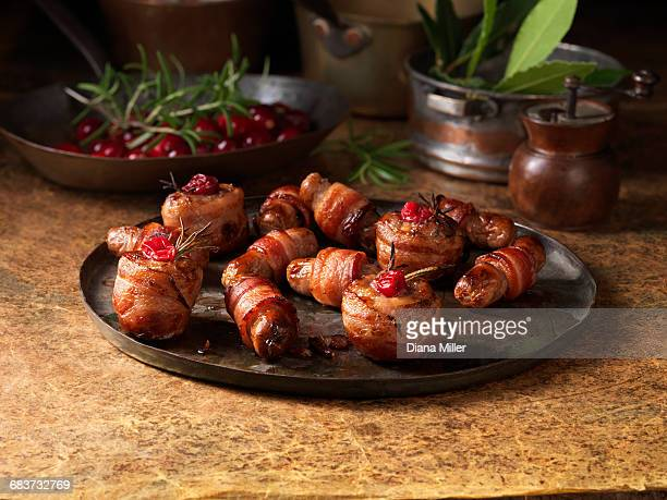 christmas, celebration food, garnish selection, pigs in blankets, cranberries, rosemary - 盛り付け ストックフォトと画像