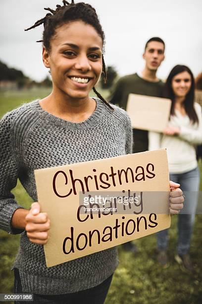 Dons de charité bénévole de Noël personnes