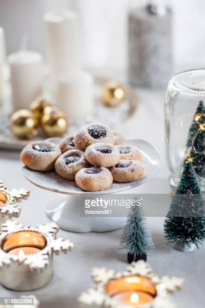 christmas cookies with jam filling on cake stand - dekoration stock-fotos und bilder