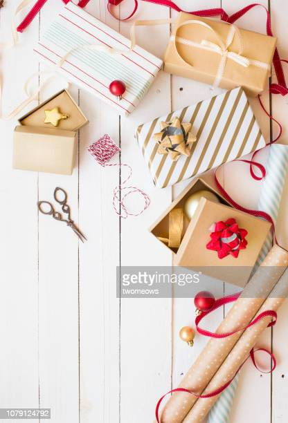 christmas day gift wrapping table top shot. - avvolto foto e immagini stock