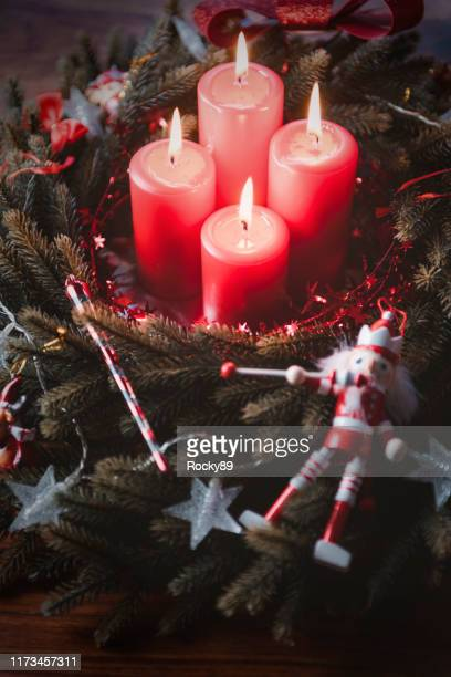 weihnachtsdekoration und ornamente, adventskranz mit nussknacker - advent stock-fotos und bilder