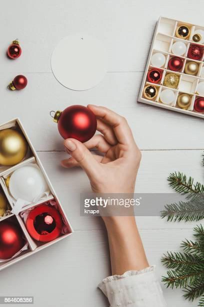 Décoration de Noël par dessus de frais généraux avec des mains de femme