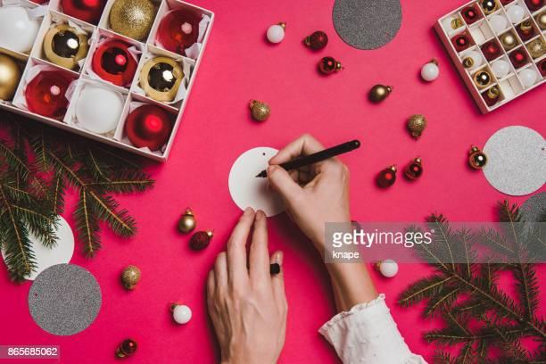 decoração de natal acima de sobrecarga com mãos de mulher - cartão de presente - fotografias e filmes do acervo