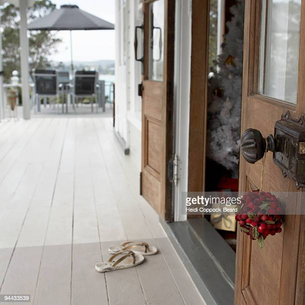 christmas decoration hanging on door handle - heidi coppock beard - fotografias e filmes do acervo