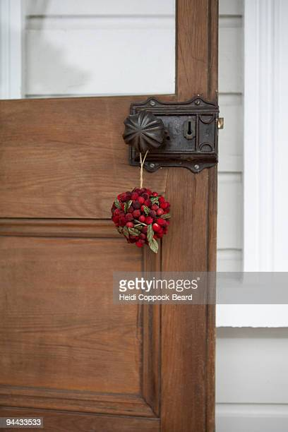 christmas decoration hanging on door - heidi coppock beard stock pictures, royalty-free photos & images