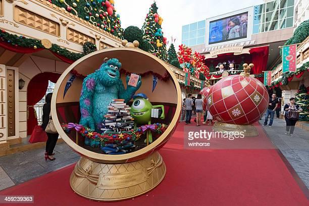 decoración navideña en hong kong - disney world fotografías e imágenes de stock