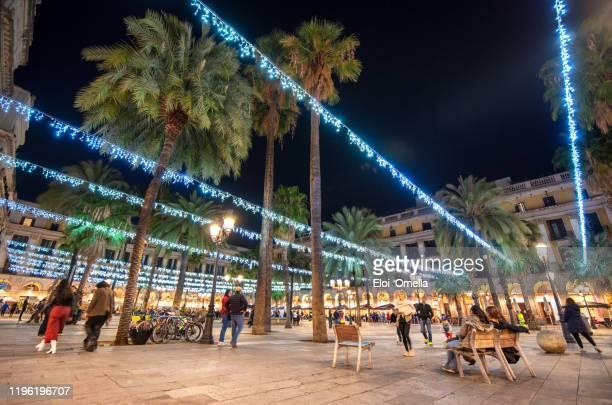 christmas decoration lights in plaza reial (royal square) in barcelona at night - barcelona espanha imagens e fotografias de stock