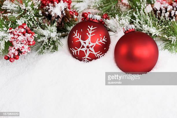 Weihnachtsdekoration mit zwei roten Ornamenten mit Schnee, Textfreiraum