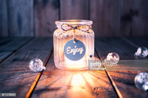 Weihnachtsdekoration auf altem Holz - Kerze Jar Label Karte