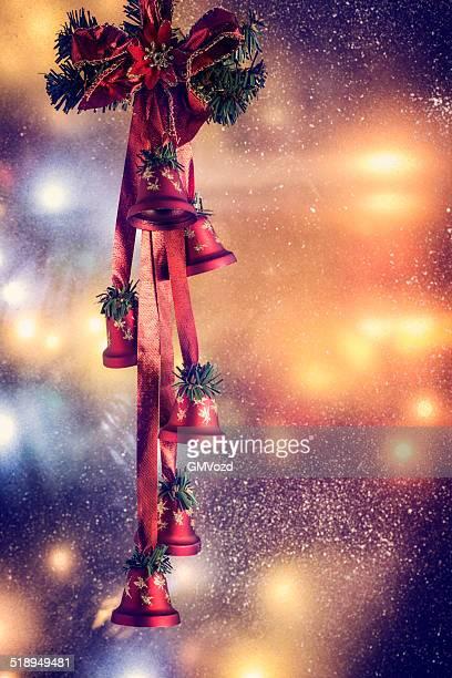 weihnachtsdekoration mit ornamenten und holiday lights - glocke stock-fotos und bilder
