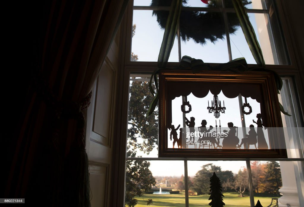 Christmas decorations are seen hanging in the window of the Green Room during a preview of holiday decorations at the White House in Washington, DC, November 27, 2017. /