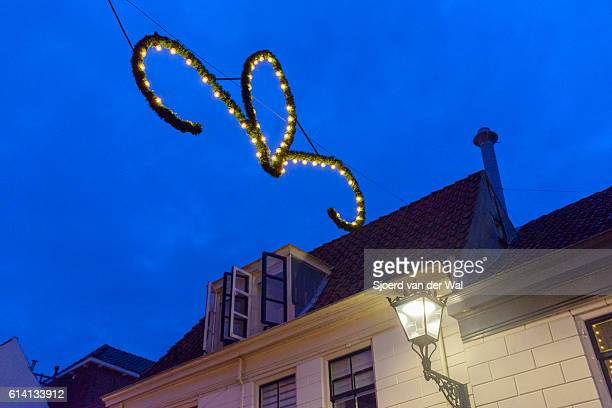 "christmas decorations in a shopping street in the evening - ""sjoerd van der wal"" stock-fotos und bilder"