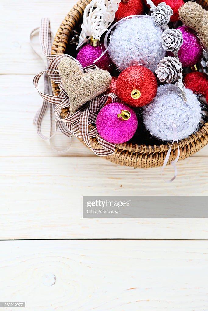 Las decoraciones de Navidad en la cesta : Foto de stock
