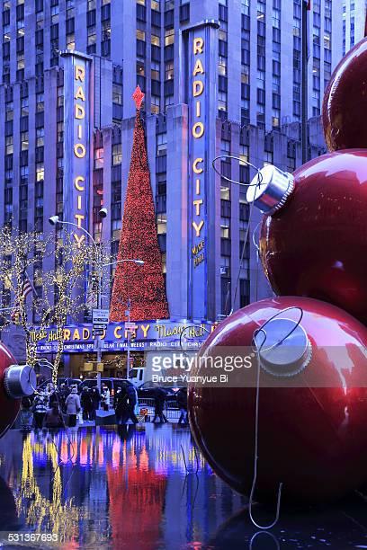 christmas decorations on 6th avenue - rockefeller center foto e immagini stock