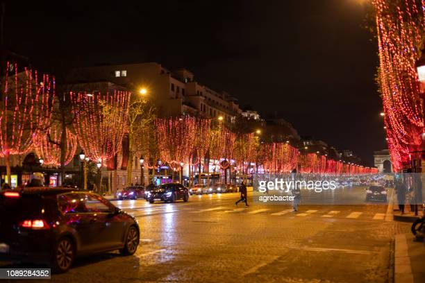 フランス、パリのシャンゼリゼのクリスマスの装飾 - パリ凱旋門 ストックフォトと画像