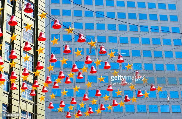 christmas decorations with backdrop of buildings - lyn holly coorg stock-fotos und bilder