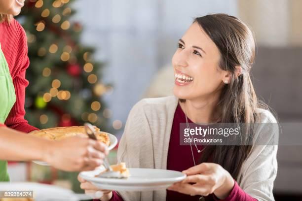 Kerst diner gast lacht als ze taart voor het dessert ontvangt