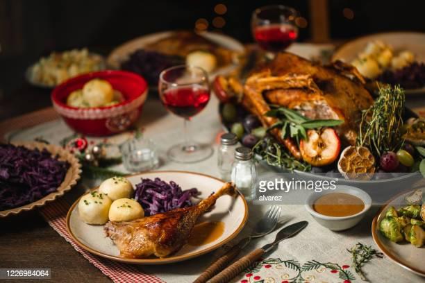 ダイニングテーブルで提供されるクリスマスディナー - 鴨肉 ストックフォトと画像