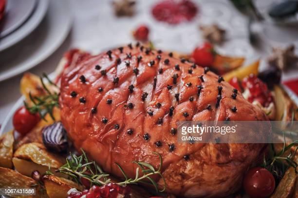 クローブと野菜の艶をかけられた休日ハムとクリスマス ディナー