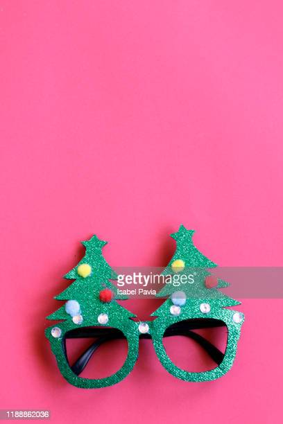 christmas eyeglasses on pink background - accessoires stock-fotos und bilder