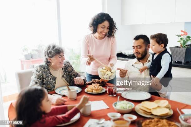 kerst familie diner in mexico - latijns amerikaanse en hispanic etniciteiten stockfoto's en -beelden