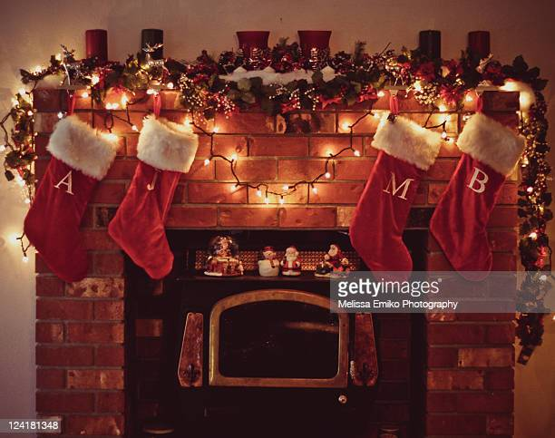 christmas fireplace with stockings - camino foto e immagini stock