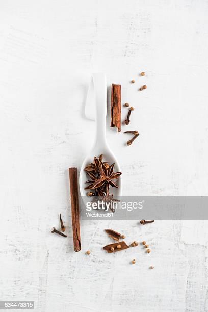 christmas flavor, cinnamon, clove, coriander and star anise on wood - スターアニス ストックフォトと画像