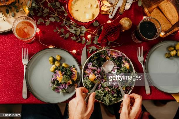 kerst eten smorgasbord boerenkool salade - table top shot stockfoto's en -beelden