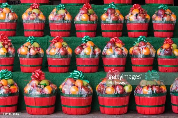 christmas fruit baskets on shelves - 果物の盛り合わせ ストックフォトと画像