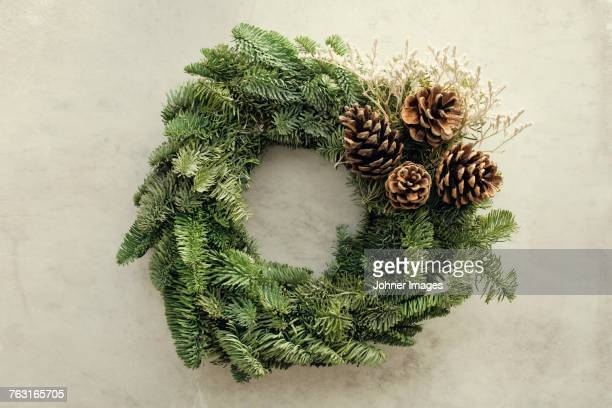 christmas garland - wreath stock pictures, royalty-free photos & images